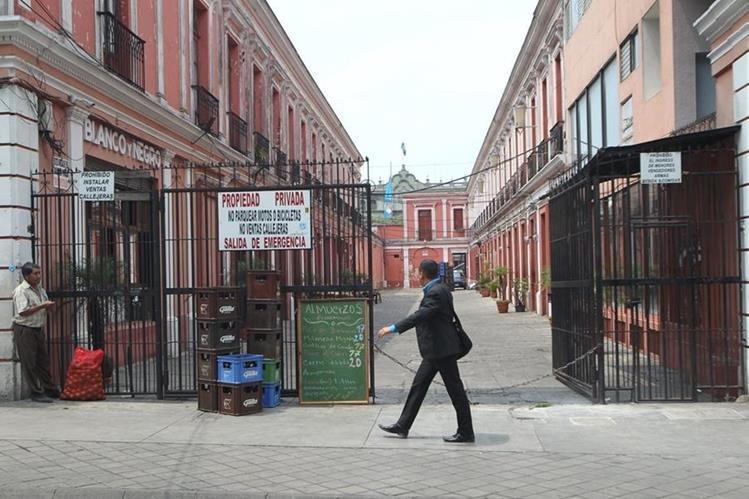 Varios propietarios de negocios en la zona 1 y otros lugares de la ciudad no están conformes con los cobros de la AEI.(Foto Prensa Libre: Erick Ávila)