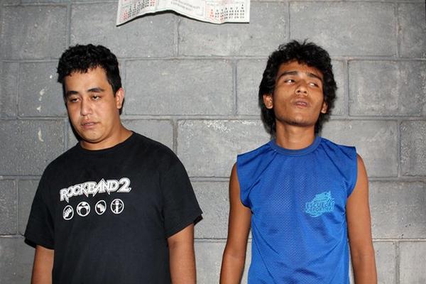 """<p>Los dos mayores detenidos en el operativo policía. (Foto Prensa Libre: Rolando Miranda)<br _mce_bogus=""""1""""></p>"""