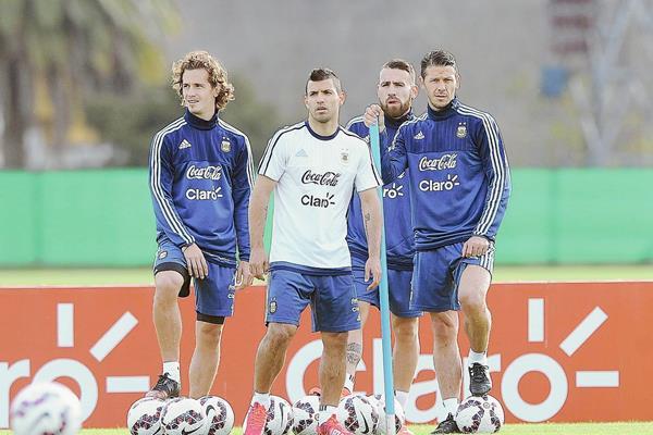 Los jugadores de la selección de Argentina Sergio Kun Agüero (c), Martin Demichelis (d), Lucas Biglia (i) y Nicolas Otamendi (atrás), en acción durante el entrenamiento del equipo hoy. (Foto Prensa Libre: EFE)