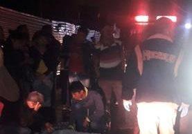 Vecinos cubren el cadáver de la adolescente atropellada por un autobús. (Foto: Bomberos Voluntarios)