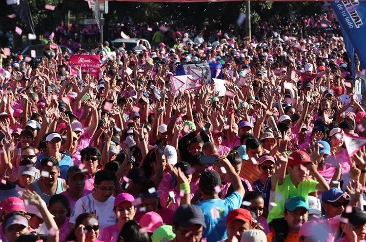 Los participantes hacen el tradicional saludo con los brazos arriba previo al banderazo inicial.