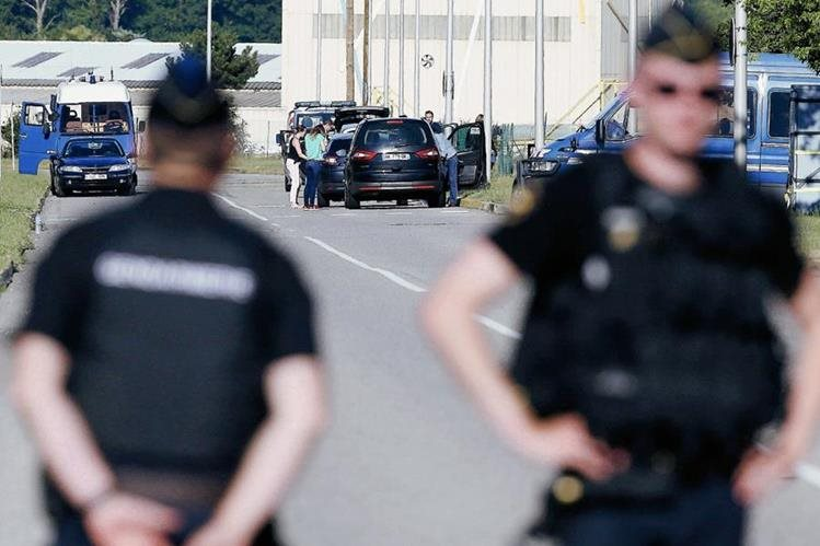 La policía científica continúa investigando los alrededores de la fábrica de Isere en Saint-Quentin-Fallavier. (Foto Prensa Libre: EFE).