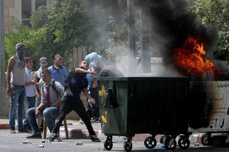 Los enfrentamientos entre palestinos y fuerzas israelíes se incrementan. (Foto Prensa Libre: AFP)