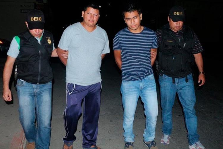 Dos de los capturados durante los cateos en San Marcos. (Foto Prensa Libre: Whitmer Barrera).