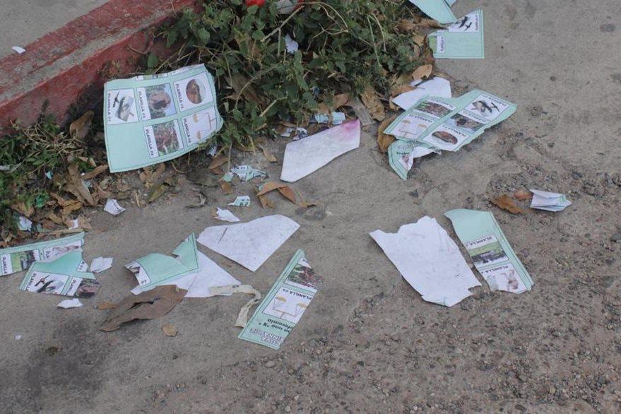 Algunas de las papeletas que fueron destruidas por los campesinos inconformes en Jutiapa. (Foto Prensa Libre: Óscar González).