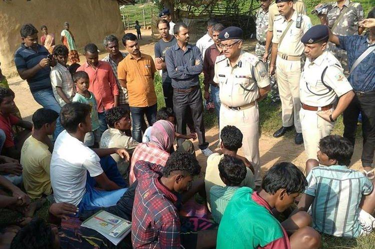 Policías indagan a pobladores sobre el linchamiento de cinco mujeres señaladas de practicar brujería en la India. (Foto Prensa Libre: AFP)