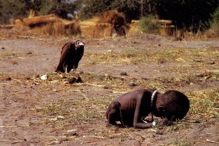 La imagen de un niño sudanés femélico a punto de ser devorado por un buitre fue la ganadora del premio Pulitzer en 1994. El autor, el sudafricano Kevin Carter, fue blanco de críticas por supuestamente no haber actuado para salvar al niño. Finalmente se supo que el pequeño de nombre Kong Kyong había sobrevivido pero en 2007 murió a causa de una fiebre. (Foto Prensa Libre: Hemeroteca PL).