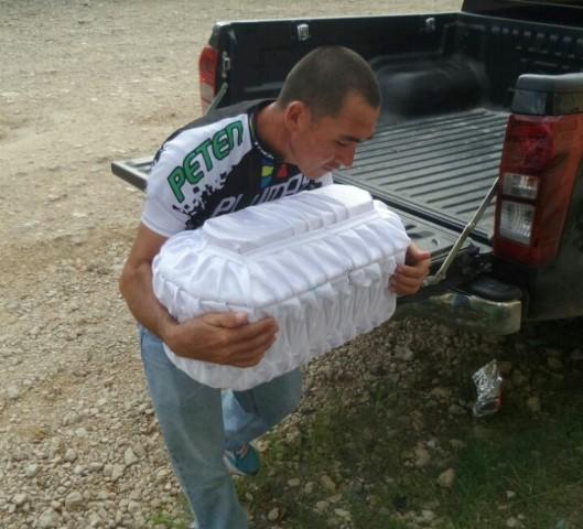 Adiel Mazariegos Paz carga el ataúd de su hija. (Foto Prensa Libre: Tomada del portal de Facebook Petén Deportivo).