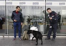 Un policía turco revisa el equipaje de un pasajero en el aeropuerto Ataturk en Estambul donde la seguridad ha sido reforzada. (Foto Prensa Libre: EFE).