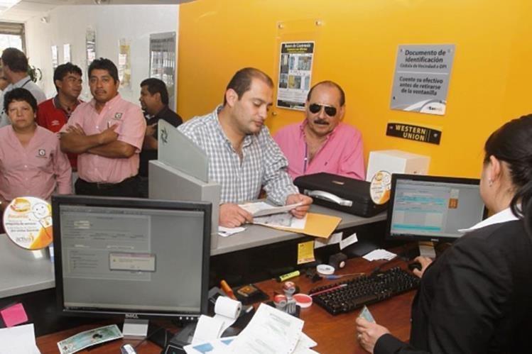 Agencias bancarias atenderán de manera parcial en ventanilla especiales ubicadas en Centros Comerciales. (Foto Prensa Libre: Hemeroteca)