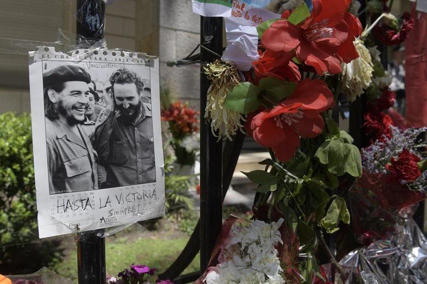 """El """"Che"""" Guevara y Fidel Castro juntos en un retrato visto en la embajada de Cuba en Buenos Aires, Argentina, el 29 de noviembre. (Foto Prensa Libre: AFP)."""
