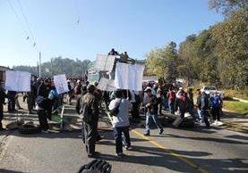 Automovilistas quedan atrapados en bloquo efectuado en la ruta Interamericana. (Foto Prensa Libre: Héctor Cordero)