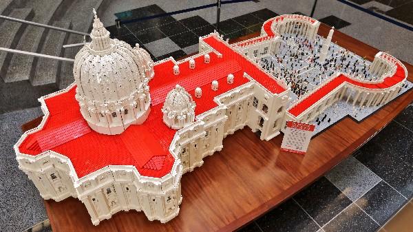 Bob Simón utilizó 500 mil piezas de Lego para craar una replica de la Plaza San Pedro.