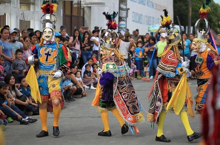 Baile de moros y cristianos en las calles de la colonia Primero de Julio
