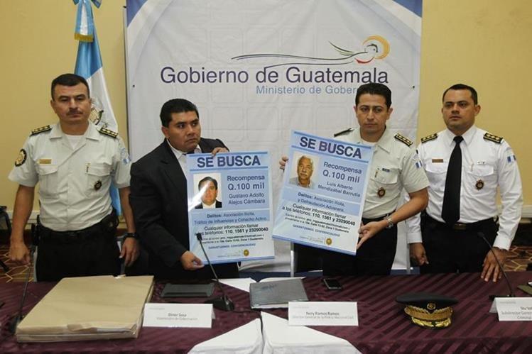 Elmer Sosa, viceministro de Seguridad y Nery Ramos, director de la PNC muestran los afiches. (Foto Prensa Libre: Paulo Raquec)