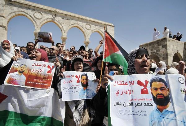 "<em><span class=""hps"">Los manifestantes</span> <span class=""hps"">palestinos muestran su apoyo a</span> <span class=""hps"">Mohammed</span> <span class=""hps"">Allan.</span></em>"