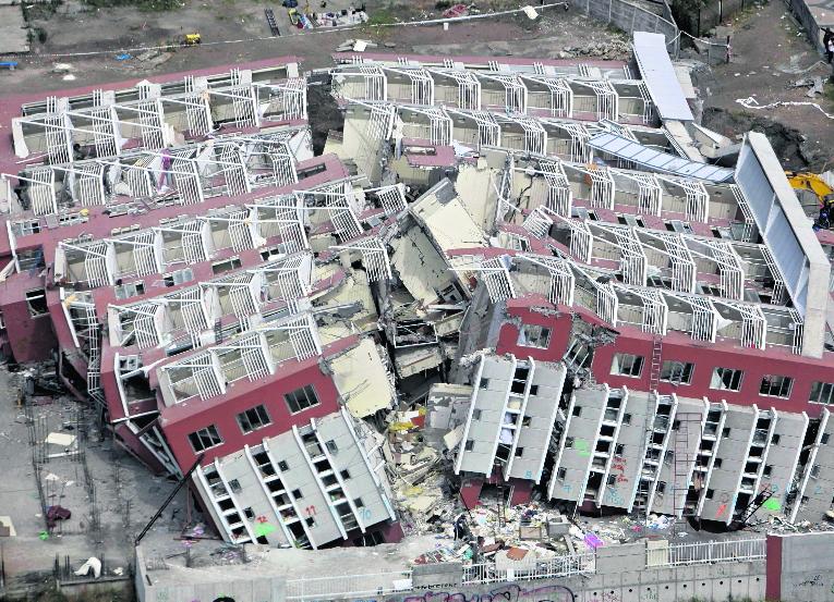 Un edificio de apartamentos colapsó por la magnitud del terremoto que afectó gran parte del territorio de Chile en febrero de 2010. (Foto: AP)