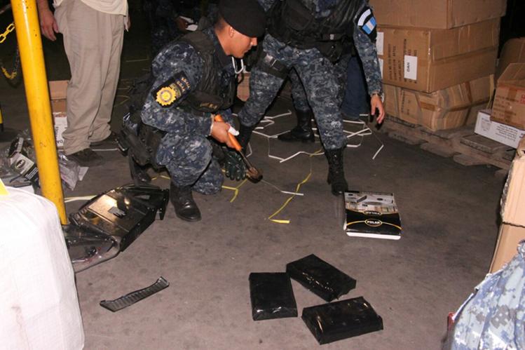 La Policía revisa el cargamento de droga incautada en Puerto Quetzal. (Foto: PNC)