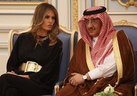 La primera dama Melania Trump conversa con el príncipe Saudí Muhammad bin Nayef (Foto, Prensa Libre: AFP)