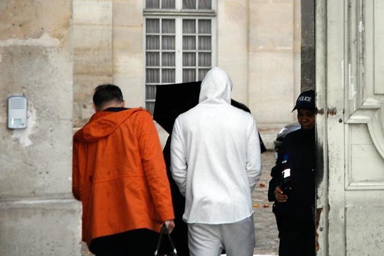 Karim Benzema fue captado a su llegada a la sede de la policía judicial de Versalles. (Foto Prensa Libre: AFP)