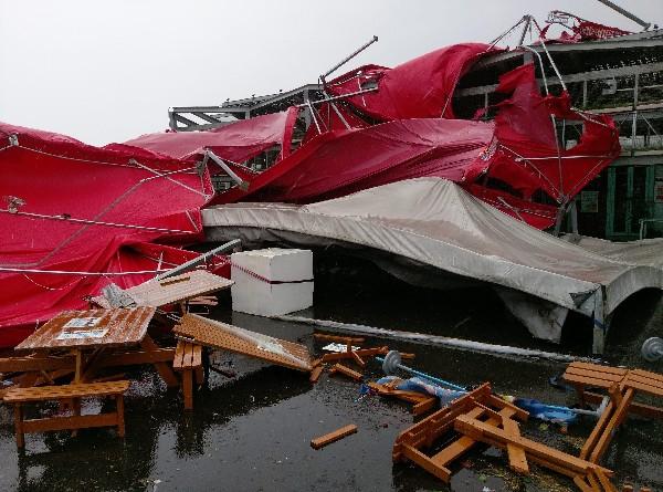 """Una carpa permanece en el suelo debido al fuerte viento del tifón """"Megi"""" en Hualien. (EFE)."""