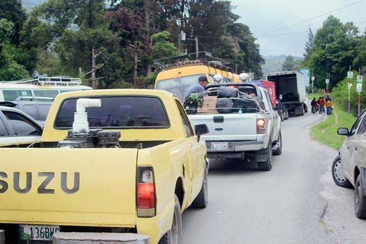 Pilotos automovilistas continúan su recorrido luego de bloqueo en tramo carretero, en Tactic, Alta Verapaz. (Foto Prensa Libre: Ángel Martín Tax)
