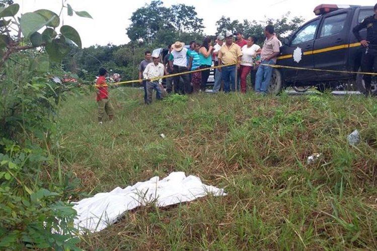 En La Máquina, Ciudad Flores, fue localizado el cadáver de un hombre que no fue identificado. (Foto Prensa Libre: Rigoberto Escobar)