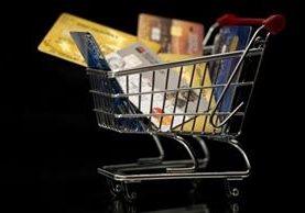 Los expertos coinciden en que cada vez usamos menos dinero en efectivo y más tarjetas para comprar. GETTY IMAGES
