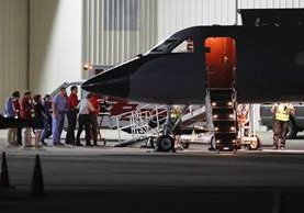 Momento en que estudiantes es bajado del avión militar en Lunken. (Foto Prensa Libre: AP)