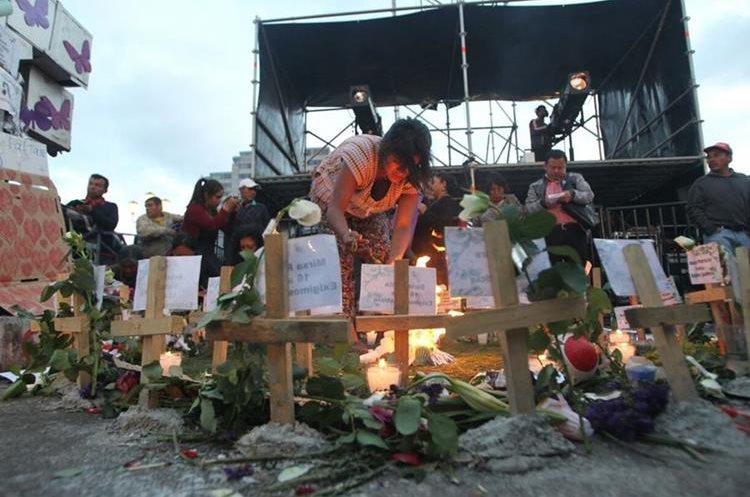 Varias cruces simbolizan la muerte de las 40 niñas quemadas.