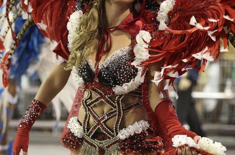GRA066. SAO PAULO (BRASIL), 06/02/2016.- Una integrante de la escuela de samba del Grupo Especial Gaviões da Fiel, desfilan hoy, sabado 06 de febrero de 2016, en la celebración del carnaval en el sambódromo de Anhembí en Sao Paulo (Brasil). EFE/SEBASTIÃO MOREIRA