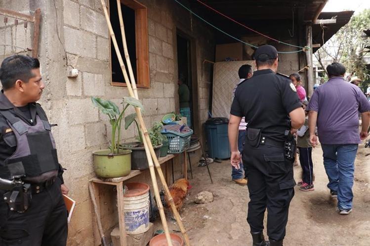 Autoridades llegaron a la vivienda donde murió la menor, en Chimaltenango. (Foto Prensa Libre: Víctor Chamalé)