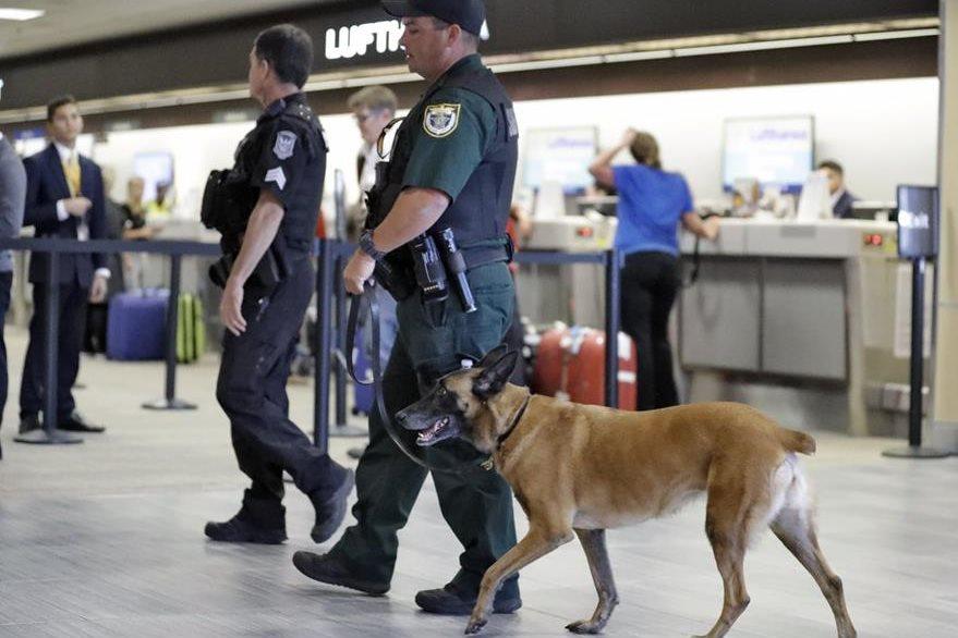 Las autoridades han redoblado la seguridad en el aeropuerto. (Foto Prensa Libre: AP)
