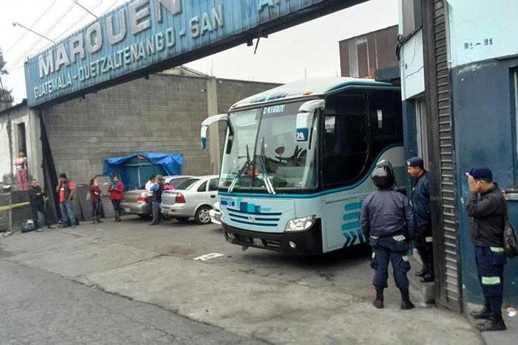 Uno de los buses quedó con perforaciones de bala en la estructura. (Foto Prensa Libre: Estuardo Paredes)