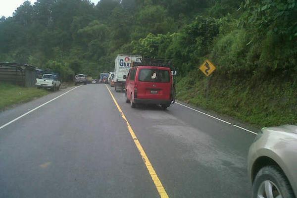 """<p>Largas filas de vehículos se han formado en la ruta a las Verapaces, por los derrumbes. (Foto Prensa Libre: Carlos Grave)<br _mce_bogus=""""1""""></p>"""