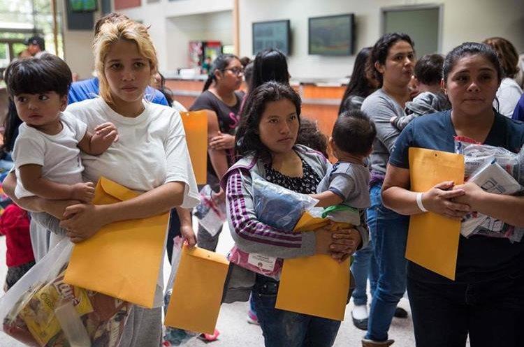 Un grupo de inmigrantes esperan para dirigirse a un centro de socorro en McAllen, Texas. (AFP).