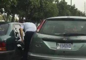 Momento que muestra la agresión que ocurrió en la calzada Atanasio Tzul. (Foto: Facebook)