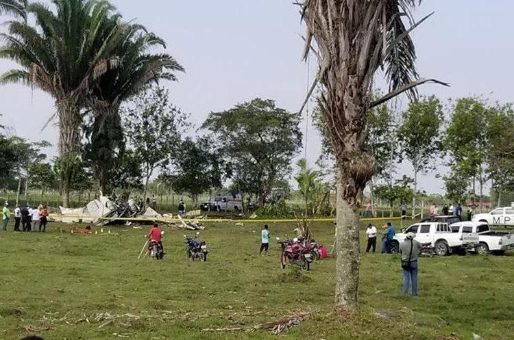 Vecinos observan la avioneta que se accidentó en Morales, Izabal. (Foto Prensa Libre: Dony Stewart)