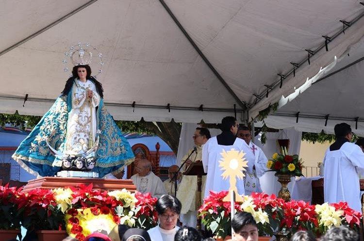En el altar improvisado se colocó la imagen de la Inmaculada Concepción que data de 1620. (Foto Prensa Libre: Julio Sicán)