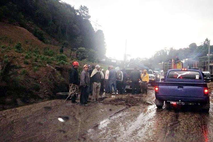 Vecinos de Concepción Chiquirichapa obervan los daños de uno de los vehículos afectados por la correntada. (Foto Prensa Libre: Carlos Ventura)