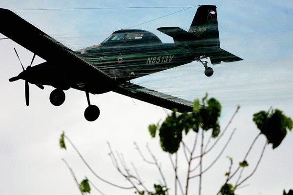 Un avión fumiga un campo de cultivo de coca en San Miguel, Colombia. (Foto Prensa Libre:AP)