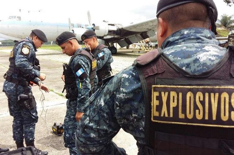 Agentes antiexplosivos de la PNC que participaron en el simulacro de un avión. (Foto Prensa Libre: DGAC Guatemala).