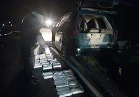 Decomisan 55 kilos de cocaína dentro de un vehículo en Sololá. (Foto Prensa Libre: Ángel Julajuj)