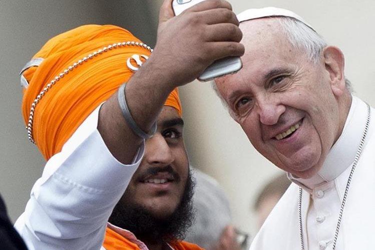 El papa Francisco se toma una fotografía con un líder de otra religión durante la audiencia semanal en El Vaticano. (Foto Prensa Libre: EFE).