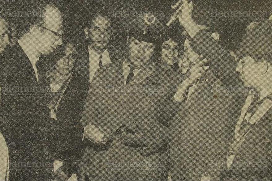 12/03/1962. Oficial de la policía nacional muestra a don Isidoro un fragmento de la bomba que estalló en el jardín de su casa. (Foto: Hemeroteca PL).