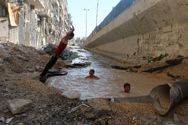 Un cr ter de misil en alepo siria se convierte en for Piscina el guerra