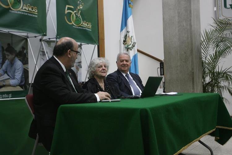 Roberto Moreno, rector de la Universidad del Valle, doctora Ada Yonath, y embajador de Israel en Guatemala, Moche Bazar. (Foto Prensa Libre, Brenda Martínez)