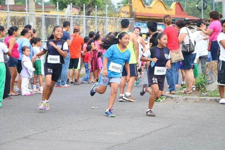 Niñas corren con entusiasmo en la cabecera de Retalhuleu. (Foto Prensa Libre: Rolando Miranda).