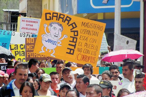 Algunas pancartas  fueron dirigidas contra el dirigente magisterial Joviel Acevedo, en Uspantán, Quiché. (Foto Prensa Libre: Óscar Figueroa)