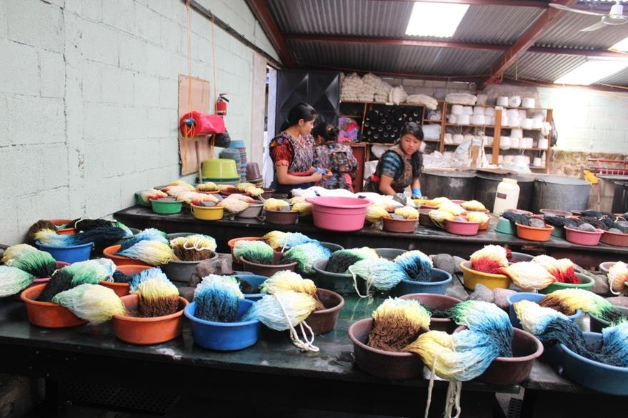 Integrantes de la asociación tiñen el hilo con diferente color.(Foto Prensa Libre: Édgar Sáenz)